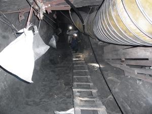 坑道へ空気を送るパイプ