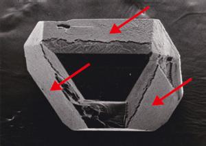 図15 非金属触媒から成長したダイヤモンド。種結晶を薄く覆っている成長層(矢印)。