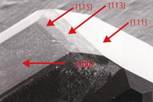 図7 {115}面のみられる高圧合成ダイヤモンド。