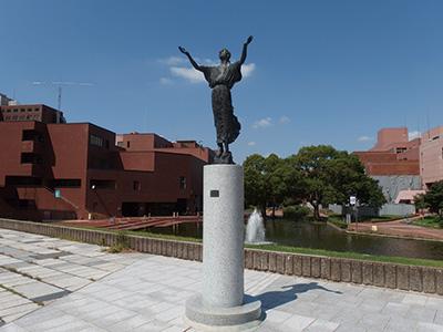 筑波大学内、石の広場にて
