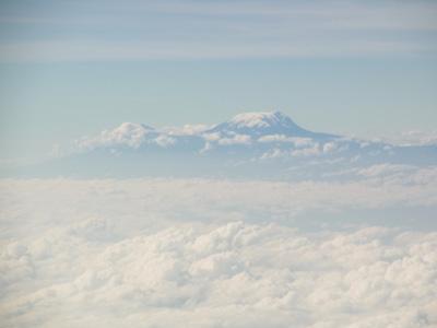 アフリカ大陸最高峰、キリマンジャロ山を望む