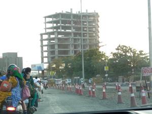 急速に発展するスーラト 建築中の道路や建物が多く、砂塵が舞う