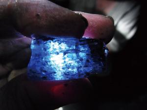 採掘されたばかりのタンザナイトの結晶