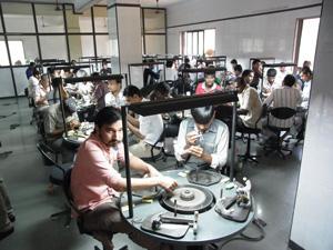 研磨工程の多くは職人の手作業による