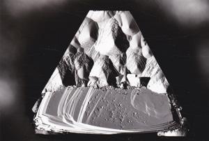 図16 非金属触媒から成長したダイヤモンドの{111}成長面(写真の上半分の領域)。