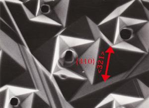 図21 リンから成長したダイヤモンド{100}表面に見らえれる微小窪み。くぼみの斜面は{310}という項高指数面からなる。