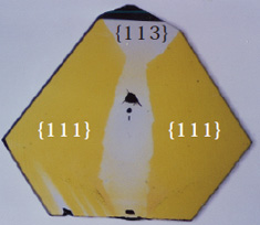 図3 板状に研磨した合成ダイヤモンド断面、黄色の着色が不均一。{111}成長セクターが黄色であるのに対して、{113}セクターは無色。
