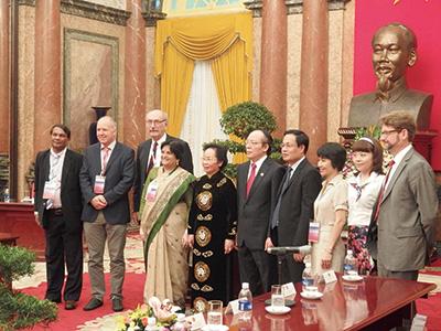 首相官邸にてNguyen Thi Doan副首相(中央黒服の女性)とExecutive Committee