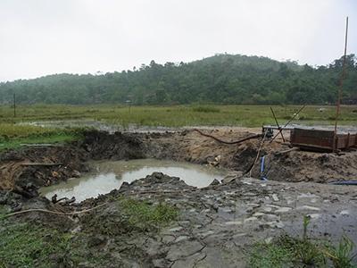 二次鉱床。雨のため、作業は行われていませんでした。