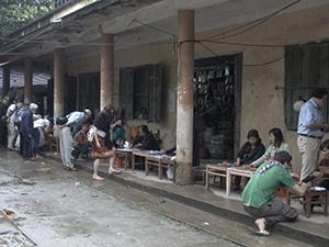 Luc Yen Gem Market の様子。軒下に木の台を並べて宝石を販売しています。