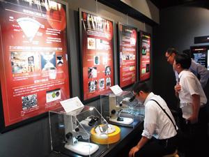 博物館の展示品を熱心に見学する学会参加者