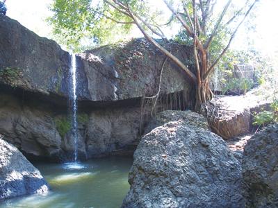 岩を削る滝