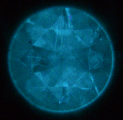図14c 図14a〜c:紫外線ルミネッセンス像の観察おいてはホウ素に起因すると思われるやや緑色味のある青白色の発光色が観察された。HPHT合成特有の分域構造はやや不明瞭であった。