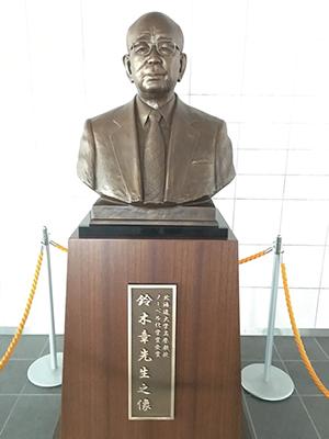 鈴木章名誉教授の銅像