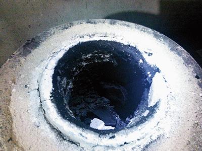 ブルーサファイアは還元雰囲気で加熱する必要があるため、炭素を使用します。その結果炉内は黒色になります。