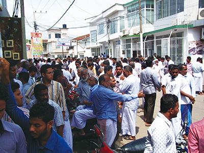 ベルワラのマーケット、路上の様子。ディーラーで道が埋め尽くされてしまうくらい多くのディーラーが集まっています。