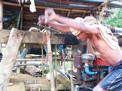 縦穴の下から宝石を人力で汲み上げる鉱夫