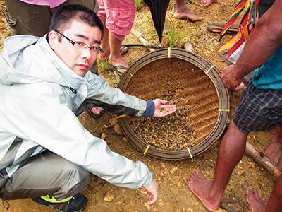 採掘した砂利から、パニングを行い、サファイアを探します。