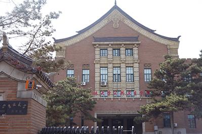 Fig.2旧満州国交通局の建物。現在は吉林大学の薬学系の校舎として利用されている。