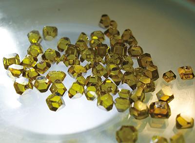 Fig.15–2 合成された宝飾用の単結晶ダイヤモンド