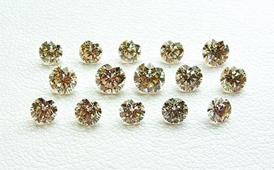 図1:中央宝石研究所に非開示で持ち込まれたⅠb型CVD合成ダイヤモンド15個。重量は0.18~0.40ct、平均0.25ct
