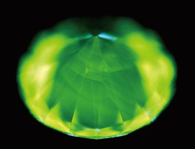 図15:DiamondView™によるUVルミネッセンス像。すべての試料にH3に因ると思われる緑色が優勢の発光色とCVD合成特有の線模様が観察された。