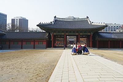 世界文化遺産に指定されている昌徳宮の入り口。チマチョゴリを纏った観光客