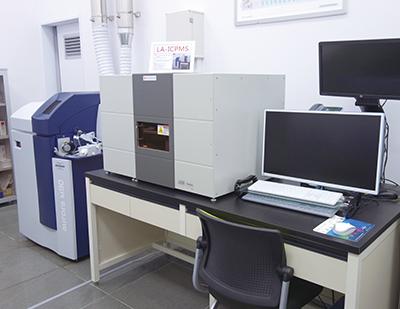 SJC研究所に設置されているICP–MS(左)とLA–LIBS(右)
