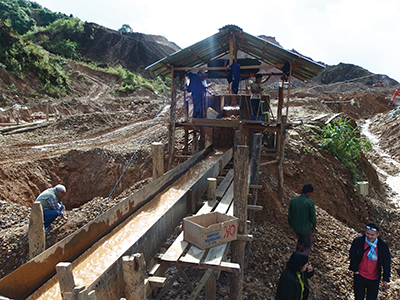図16–1.削った土砂を機械で選鉱している様子。選鉱されたものは、朝と夕方の2回オーナーが回収しにくるとのこと。昼は流れた土砂をパニングしている。