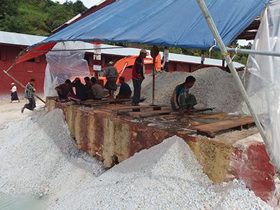図20–2.選鉱機と働く労働者たち