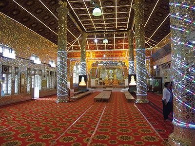 図7.Paungdow–U Pagoda 仏像は電飾されている。
