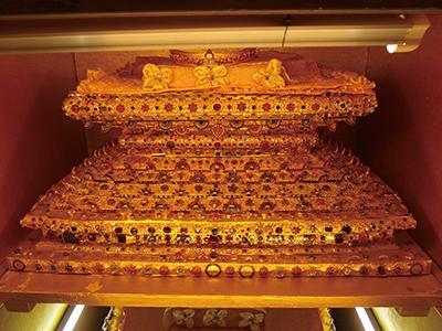 図7–2Paungdow–U Pagoda 台座の部分は色とりどり様々な宝石で装飾されている。