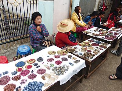 図9–2.路地に机、箱を並べ、宝石を売る女性たちを見ることができる。
