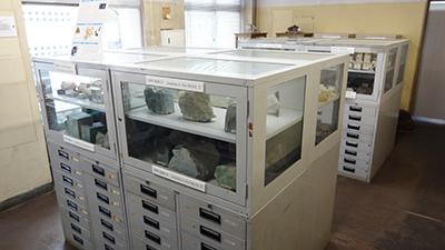 展示の様子1 隣接する部屋にはガラスケース展示もあり、手前のケースでは世界と日本の翡翠が、最奥にはダイヤモンドがありました。
