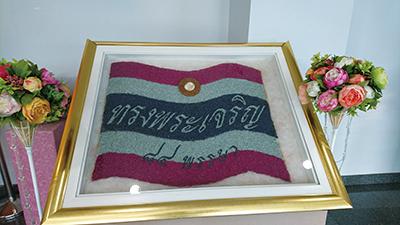図7.チャンタブリ宝石宝飾博物館に展示されていた タイの国旗をルビーとサファイアで作ったもの