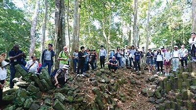 図13–2.ワット・サン・トゥーの柱状節理を反対側から眺める参加者