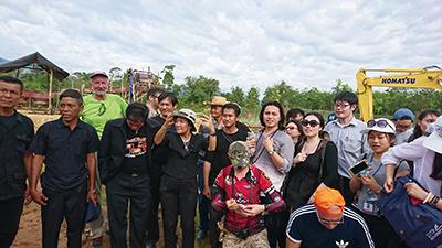 図18.参加したメンバー。中央の一番後ろに立つ帽子の方がこの鉱山のオーナー