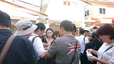 図22.観光客に群がる宝石業者