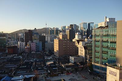 宿泊したホテルからのソウル市の眺望。遠くにソウルタワーが見える