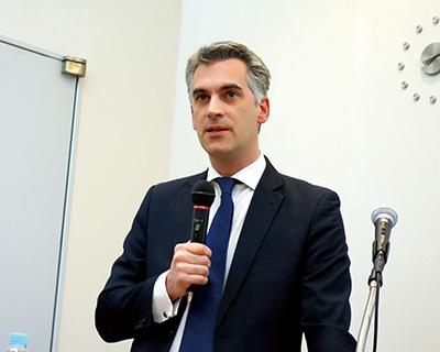 挨拶される駐日ベルギー大使館の一等書記官 Bent Van Tassel氏