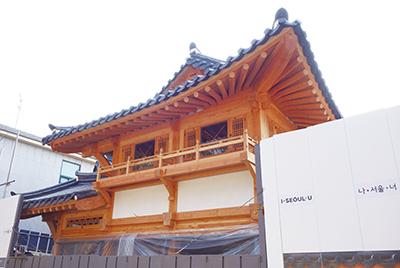 現在建設中のSJC第2館。韓国の伝統的な木造建築のデザイン。