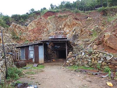 図13–1.ペリドットが採掘されるPurifie鉱山。中はじめじめしているが、ほこりっぽくはなく、意外と快適。