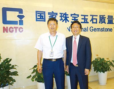 図4.陸太進博士(左)とNGTCのオフィス前にて