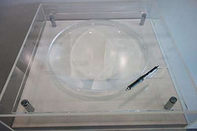 写真6:キヤノンオプトロン株式会社内に展示されている巨大な蛍石レンズ