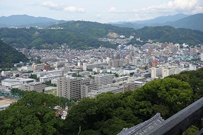 松山城天守閣から見た松山市内。眼下に愛媛大学城北キャンパスが見える