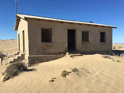 多くの建物が砂漠の砂に飲み込まれている