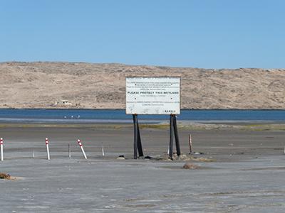 リューデリッツ海岸沿いの湿地。Namdebはナミビアの環境保護に大きく協力しており、ナミビアの各所でNamdebのロゴマークを見ることができる