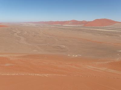 ソッサスブレイにある砂丘上から撮影したナミブ砂漠。広大な砂漠を感じ取ることができる