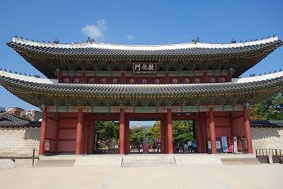 図1:世界遺産に登録される昌徳宮の正面にある敦化門