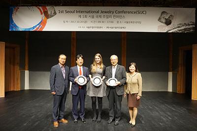図8:招待講演者への記念品贈呈(左はソウルジュエリー振興財団のKim JongMok理事長)